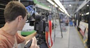 צלם וידאו מקצועי בעבודה